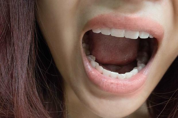 Nieprzyjemny zapach z ust - o czym może świadczyć? Przyczyny nie tylko w jamie ustnej