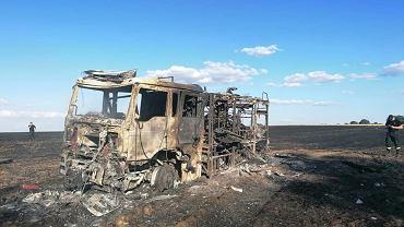 Pożar w Lubomyślu. Wóz strażacki nie zdołał wycofać się przed żywiołem i doszczętnie spłonął