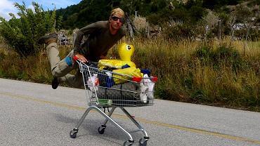 Michał Kozok na wózku z supermarketu podczas podróży przez Amerykę Południową.