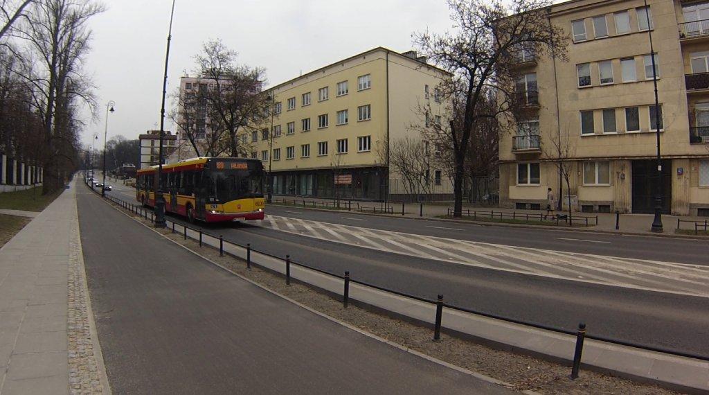 Kierowcy autobusów w Warszawie lubią dać gazu na jadąc ulicą Belwederską