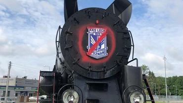 Lokomotywa przy stadionie Lecha Poznań została zdewastowana