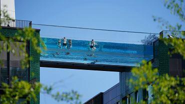 Ludzie kąpiący się w podniebnym basenie Sky Pool