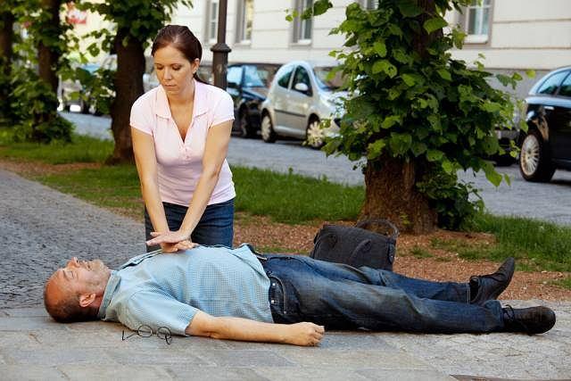 Zatrzymanie krążenia bardzo często prowadzi do utraty przytomności. Szybkie udzielenie pomocy choremu zmniejsza ryzyko wystąpienia nieodwracalnych zmian w organizmie