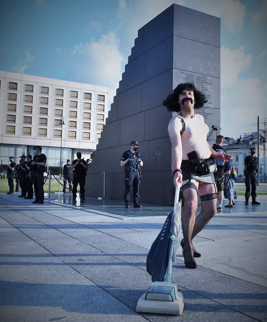 Lotna Brygada Opozycji pod pomnikiem smoleńskim