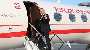 Prezydent Andrzej Duda wchodzi na pokład rządowego samolotu. Balice 23 czerwca 2020