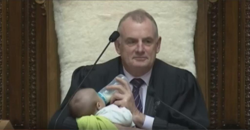 Polityk karmił dziecko, gdy ojciec przemawiał.