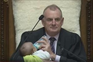 Polityk karmił niemowlę podczas debaty. Zdjęcie zyskało setki pozytywnych komentarzy