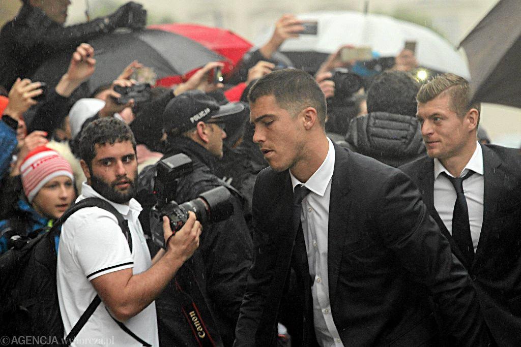 Piłkarze Realu praktycznie nie zwracali uwagi na oczekujący na nich tłum, w pośpiechu pokonując drogę od autokaru do hotelowego wejścia.