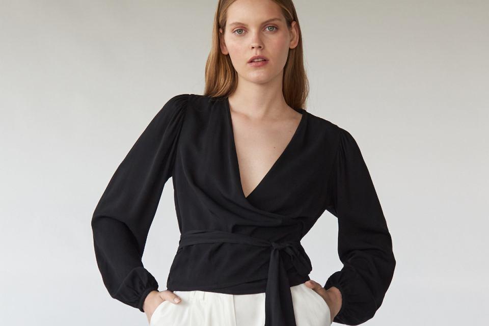 Czarna bluzka z kopertowym dekoltem ukryje niedoskonałości sylwetki