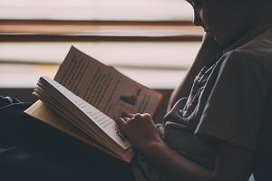Książki dla dzieci w wieku 10 lat. Co z chęcią przeczytają dziesięciolatki? [książki edukacyjne, baśnie i fantastyka]