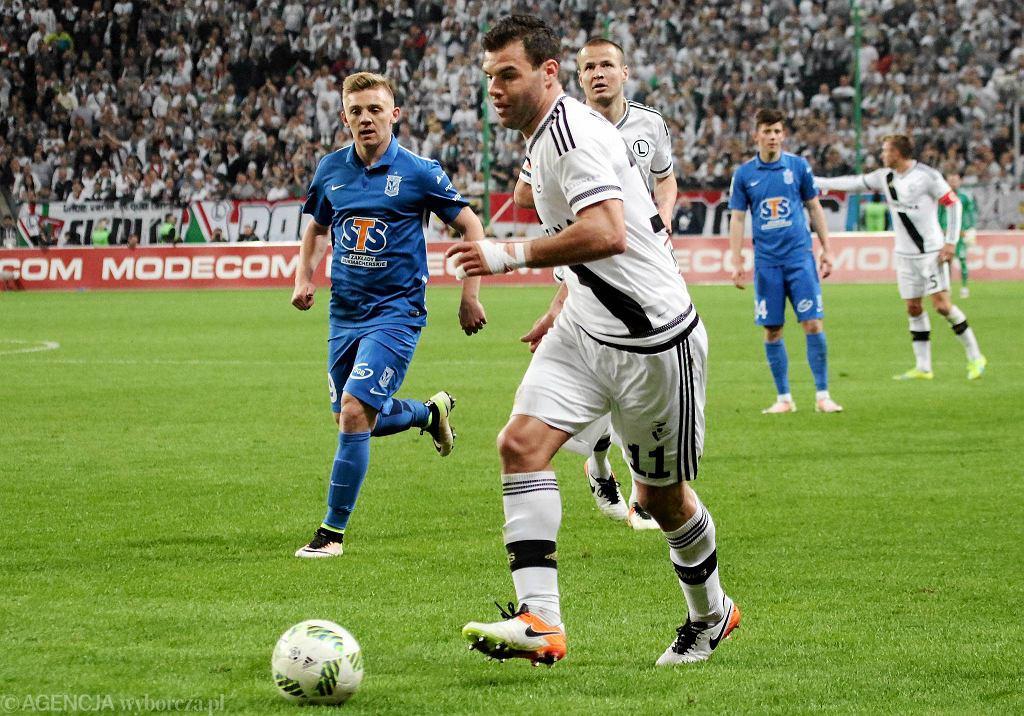 Legia Warszawa - Lech Poznań 1:0. Nemanja Nikolić, za nim Kamil Jóźwiak