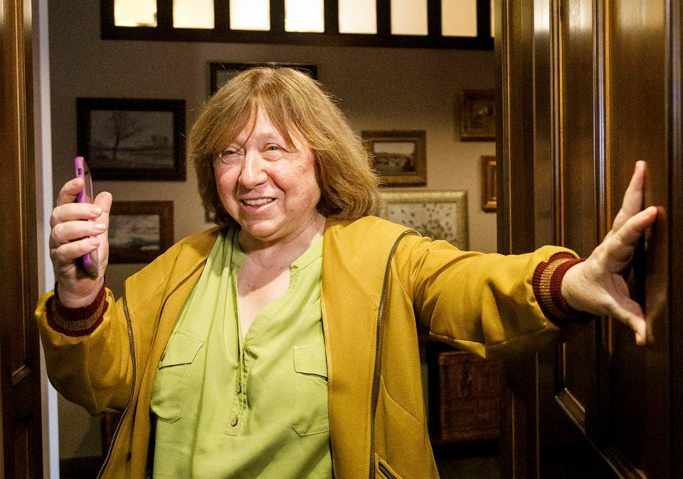 Jedyną osobą z prezydium, która pozostała na Białorusi na wolności, jest noblistka Swiatłana Aleksijewicz (na zdjęciu, w swoim mieszkaniu). Do jej drzwi jednak również zapukali dzisiaj siłowicy. Mińsk, 9 sierpnia 2020