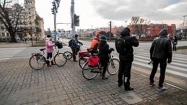 Rowerzyści na chodnikach to bydgoska norma. Przy rondzie Grunwaldzkim (na zdjęciu) to się już zmienia, bo powstaje droga dla rowerów, ale kawałek dalej - na ul. Focha jej brakuje