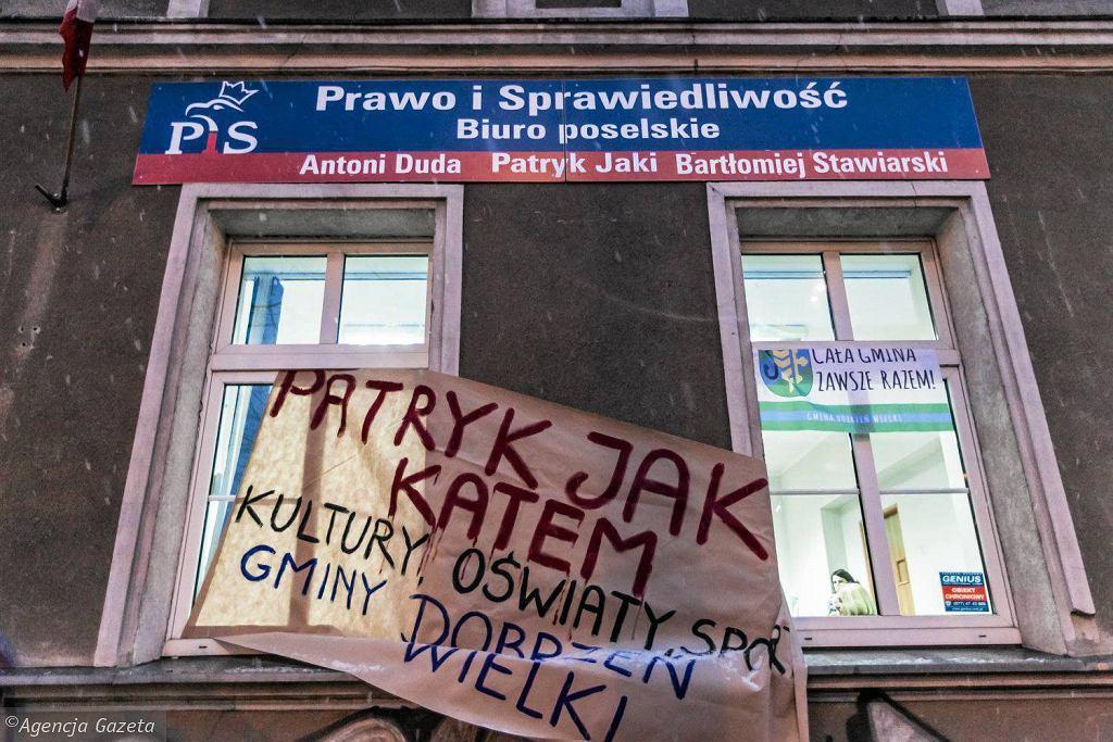Manifestacja przed biurem posła Patryka Jakiego i zakończenie jego blokady przez policję