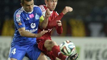 Łukasz Hanzel (jeszcze w barwach Piasta) w pojedynku z Łukaszem Surmą