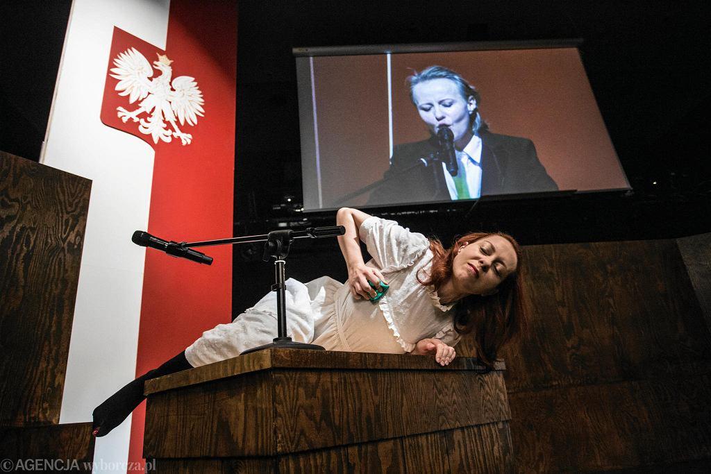 Teatr Powszechny . Karina Seweryn podczas próby medialnej spektaklu Bachantki w reżyserii Mai Kleczewskiej. / ADAM STĘPIEŃ