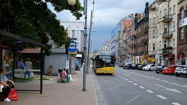 Znicze i kwiaty na ul. Mickiewicza w Katowicach, gdzie w sobotę rano kierowca autobusu rozjechał 19-letnią dziewczynę
