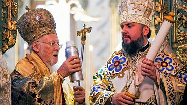 6.01.2019, Stambuł, kościół św. Jerzego, patriarcha Konstantynopola Bartłomiej przekazuje metropolicie Ukrainy Epifaniuszowi święte oleje.