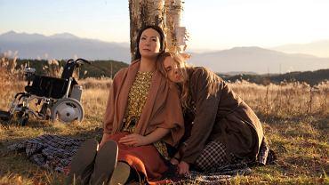 Kadr z filmu 'Sayonara', na zdjęciu z lewej Geminoid F., z prawej - Bryerly Long.