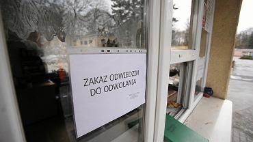 W portierni przy wjeździe do szpitala MSWiA jest informacja o zakazie odwiedzin