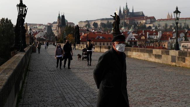 """Dlaczego Czechy przegrywają z koronawirusem? """"Zaniedbania latem, uśpienie czujności przez premiera"""""""