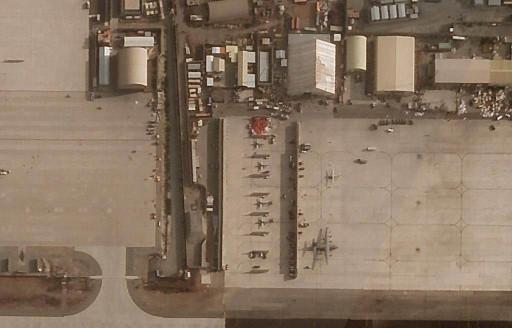 Fragment wojskowej części lotniska w Kabulu już po ewakuacji Amerykanów. Widać między innymi porzucone samoloty afgańskiego wojska