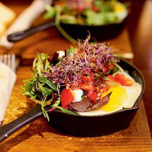 Girona, La Fabrica, jajka sadzone na grillowanych warzywach z kiełkami i sałatką