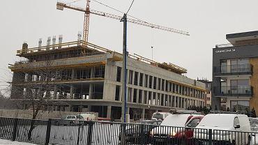 W trzecim kwartale 2019 roku powinien być gotowy 8-kondygnacyjny budynek, w którym powstaną mieszkania, biura i lokale usługowe. To jednocześnie najwyższy budynek w otoczeniu dąbrowskiego urzędu miasta