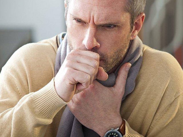 Gdy męczy cię kaszel, a domowa apteczka świeci pustkami, możesz spróbować domowych metod leczenia.