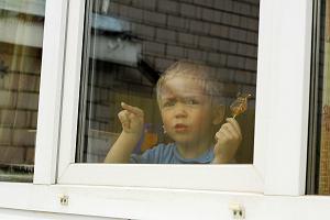 Czy można zabronić dziecku kontaktu z rodzicem antycovidowcem? RPO wyjaśnia