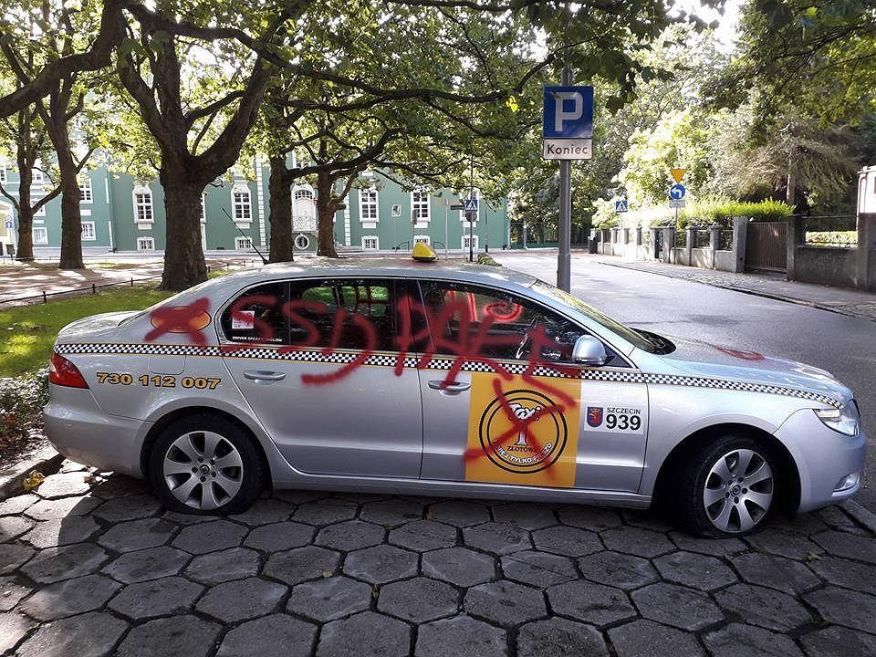 Zdewastowany samochód 'TAXI Złotówa'