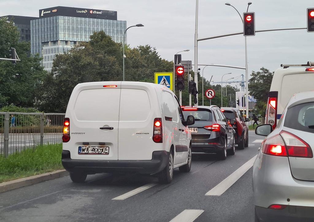 Mityczny lewoskręt sprawia polskim kierowcom wiele problemów