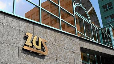 Aby uzyskać prawo do renty rodzinnej , należy złożyć wniosek (ZUS ERR), który jest dostępny w każdej placówce ZUS oraz na stronie internetowej www.zus.pl. Można to też zrobić przez Platformę Usług Elektronicznych ZUS.