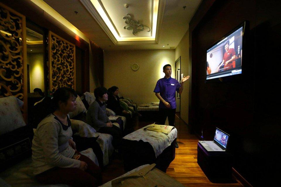 Nawet część jej rodziny nie mogła zaakceptować decyzji Wang. Na zdjęciu: wykład o standardach pracy i obowiązkach pracowników Huaxia Liangtse Wangjing.
