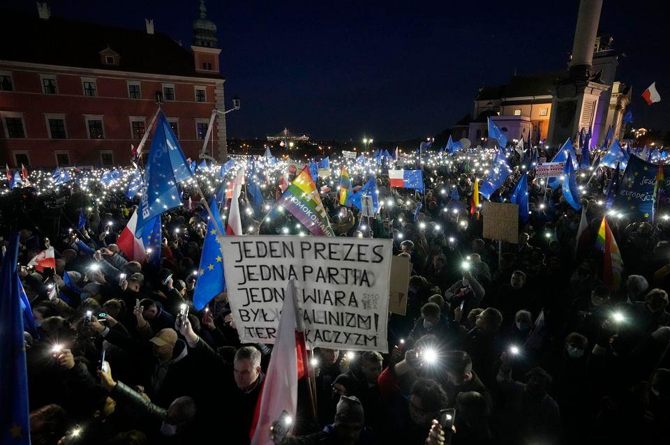 Manifestacja opozycji na placu Zamkowym w Warszawie 'Zostaję w Unii'