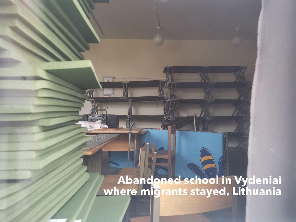 Litwa. Budynek opuszczonej szkoły, w której zamieszkali uchodźcy