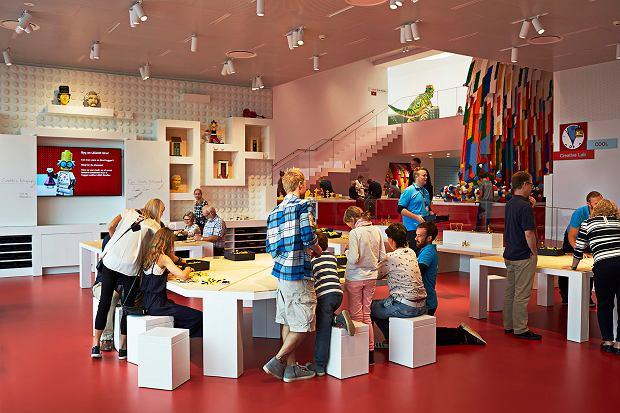 Wnętrza LEGO House - jedna z sal zabaw z wielkim wodospadem klocków