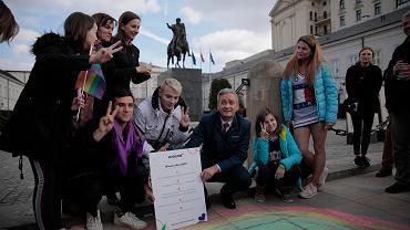 Konferencja Wiosny przed Pałacem Prezydenckim. Robert Biedroń apeluje do prezydenta Dudy, by przeciwstawił się nagonce PiS na osoby LGBT