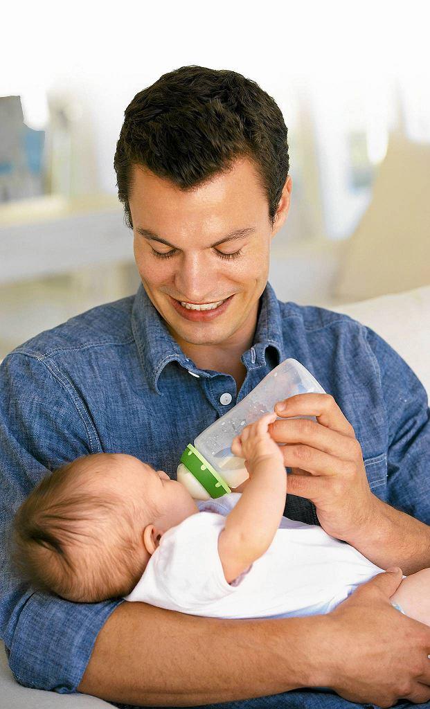 Pozycja w czasie karmienia butelką powinna jak najbardziej przypomniać pozycję do karmienia naturalnego.