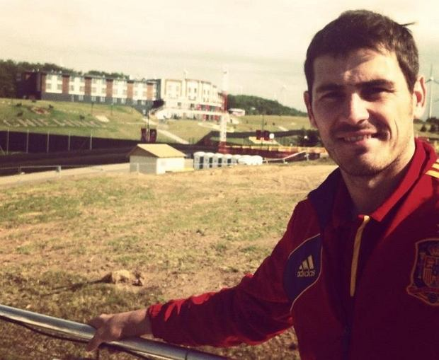 Iker Casillas na tle hotelu Mistral w Gniewinie