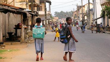 Dzieci w szkolnych mundurkach