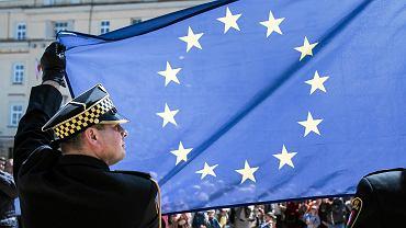 Podniesieniem flagi Unii Europejskiej, odśpiewaniem 'Ody do radości' i polskiego hymnu oraz odsłonięciem 'Dzwonu Europy' rozpoczęła się w południe lubelska majówka, podczas której świętujemy 15. rocznicę wstąpienia Polski do Unii Europejskiej. Dzwon odlano piętnaście lat temu, kiedy Polska wstępowała do Unii Europejskiej. Przez całą majówkę każdy mieszkaniec może symbolicznie w niego uderzyć, bo podkreślić obchodzony jubileusz. Codziennie aż do 5 maja na placu Litewskim odbywać się będzie piknik rodzinny, zabawy, warsztaty, spektakle oraz gry interaktywne i konkursy o Unii Europejskiej i europejskich projektach Lublina.
