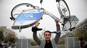 Łukasz Puchalski z rowerem publicznym Veturilo