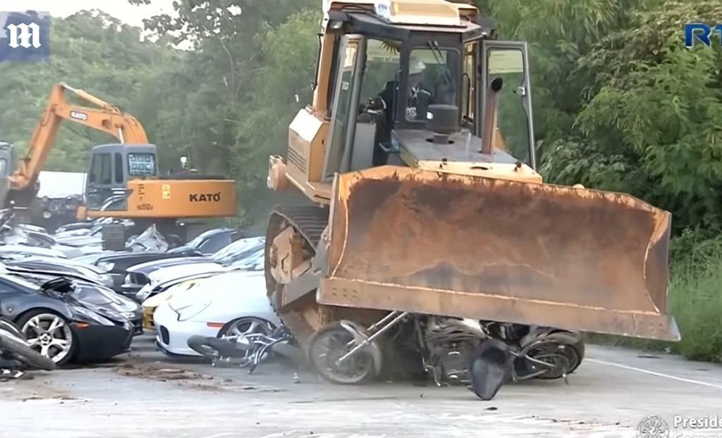 Akcja niszczenia samochodów na Filipinach