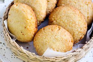 Do zrobienia tych kokosowych ciasteczek potrzebujesz jedynie dwóch składników i niecałe pół godziny. Mamy przepis