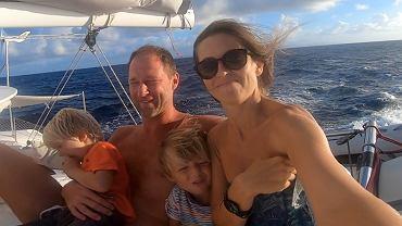 Rodzina mieszkająca na łodzi