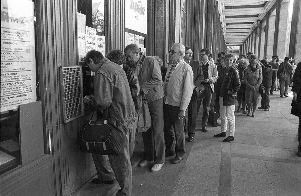 Kolejka po 'Wyborczą', Plac Konstytucji, okolice kawiarni 'Niespodzianka'. Warszawa; 25 maja 1989 r.