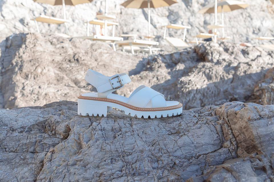 Te sandały będą niesamowicie modne i wydłużają nogi! Gorące modele na wiosnę i lato 2021