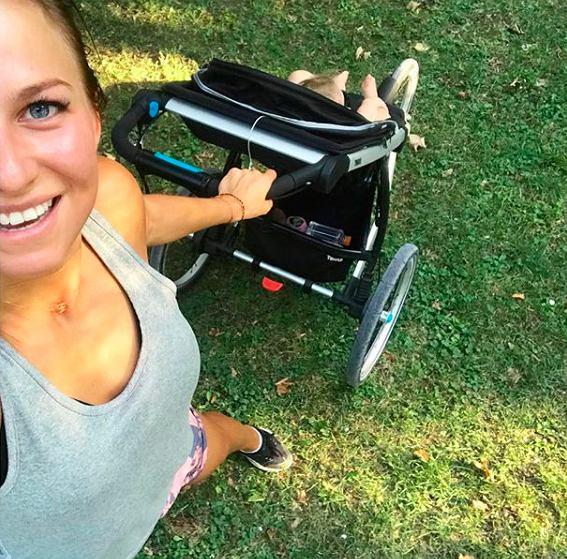 Anna Lewandowska biega z wózkiem. Fanka: 'Wybiła się dzięki mężowi i gwiazdorzy'