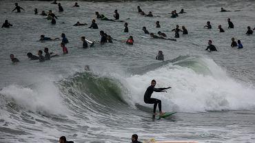 Barcelona. Surferzy po otwarciu plaży.